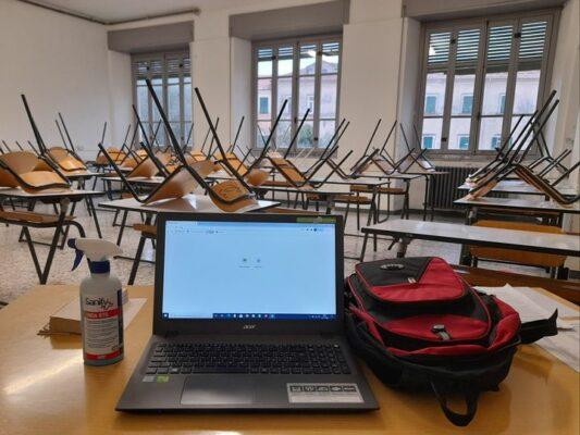 scuole chiuse insegnanti over 65 aule vuote presidi giovani